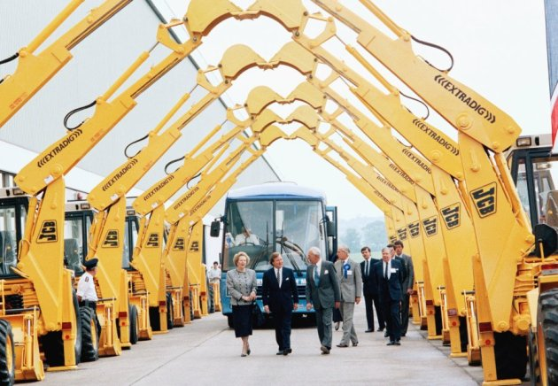 the-managing-director-of-jcb-welcomes-the-pro-business-thatcher-with-a-ceremonial-arch-of-mechanical-diggers-in-1987