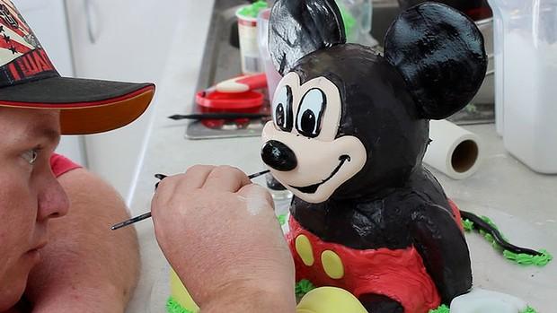Choppa-making-a-Mickey-Mouse-cake-620x349