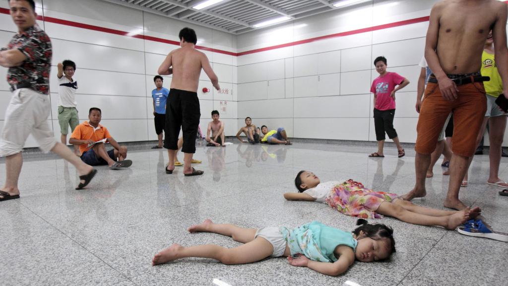 slew of people. hangzhousubway heatwave_treadmill slew of people t