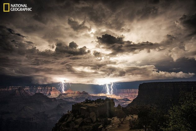 an-unexpected-lightening-storm-hit-the-grand-canyon-as-this-photographer-happened-to-be-there-he-used-long-exposures-to-capture-the-lightening-strikes